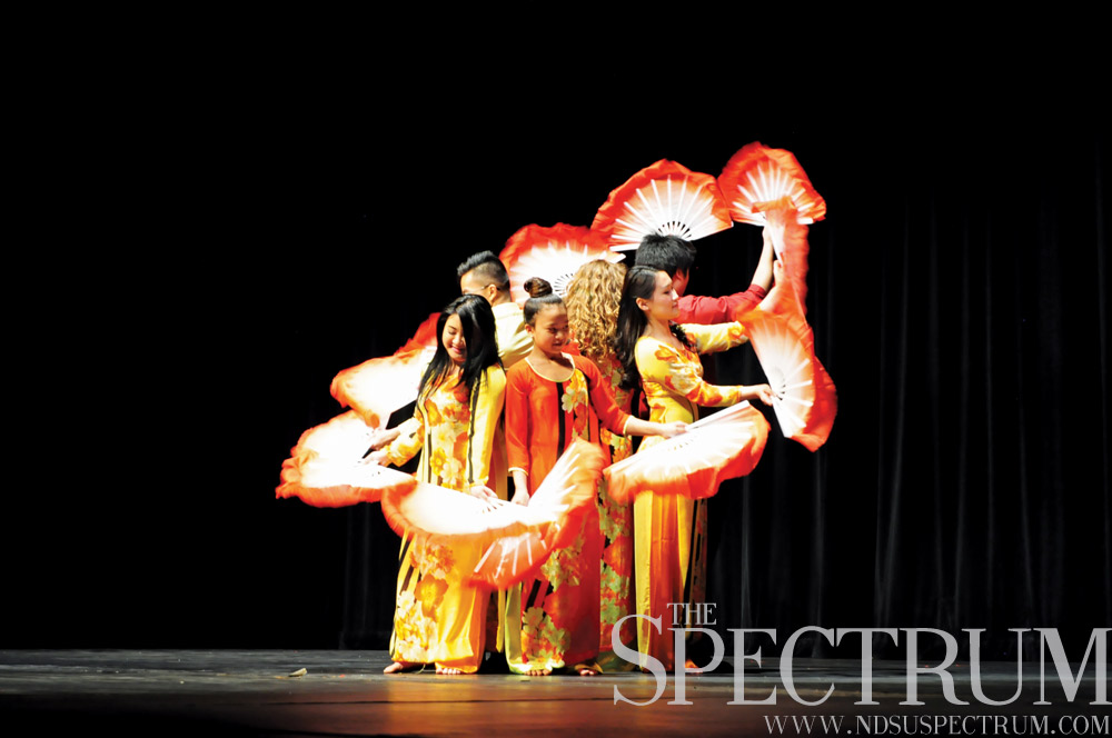 LINDA NORLAND | THE SPECTRUM Students form a flower shape during a Vietnamese dance.